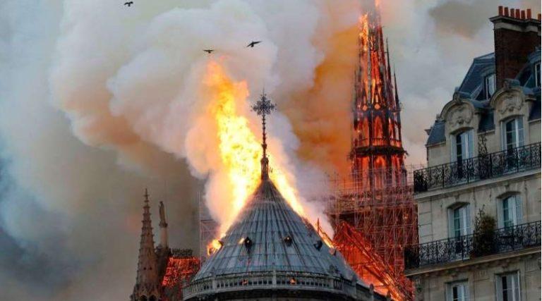 Gereja Notre Dame Terbakar