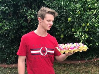 Egg Boy beri sumbangan