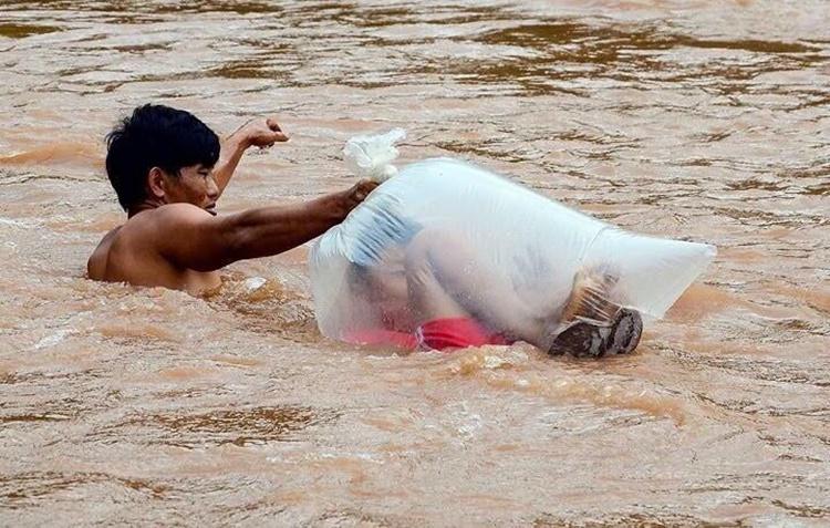bapa bungkus anak dalam plastik