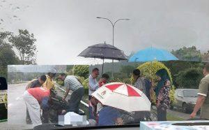 Baju Hujan Tersangkut Pada Tayar Motosikal 3