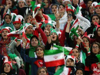 Wanita Iran Tonton Bola