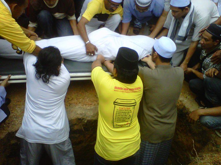 Polisi Kebumi Jenazah waktu Pejabat