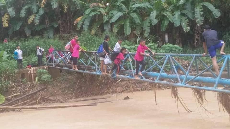 Terpaksa Meniti Jambatan Besi Untuk Ke Sekolah 3