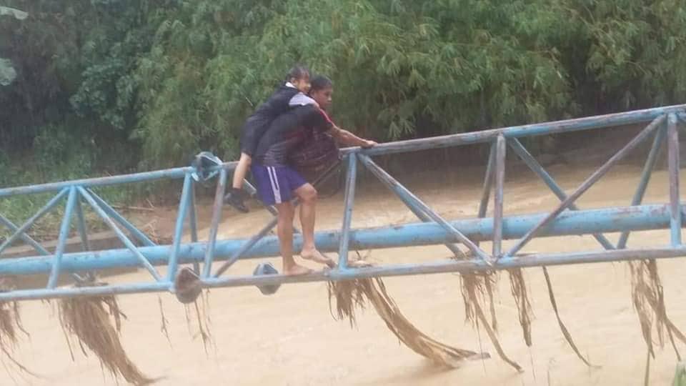 Terpaksa Meniti Jambatan Besi Untuk Ke Sekolah