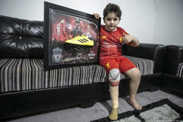 Anak Syria Terima Kasut Bola Mo Salah