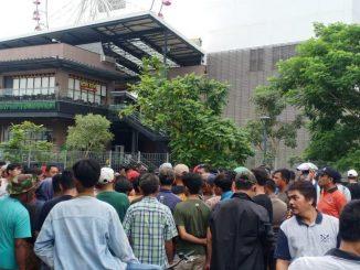 Penduduk Jakarta Serang Pusat Beli-Belah