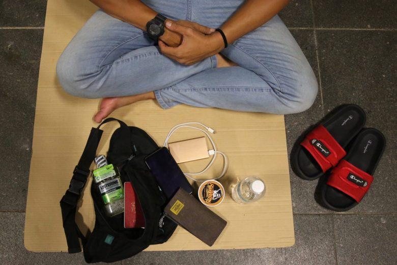 Pekerja Malaysia Tidur Di Stesen MRT Singapura