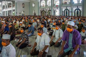 Masjid Di Indonesia Masih Dibuka, Jemaah Tunai Solat Dengan Aplikasi 'Jarak Sosial' 1