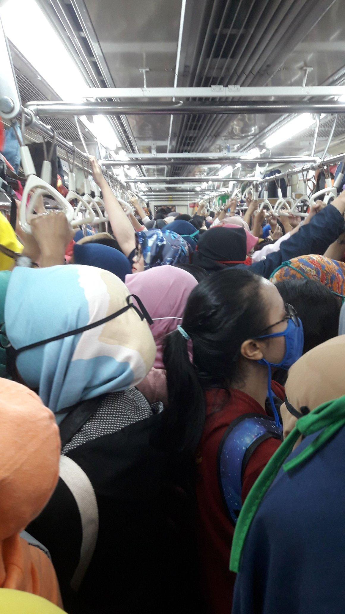 Tiada Istilah 'Kerja Dari Rumah', LRT Di Indonesia Masih Sesak Dengan Warga Kota