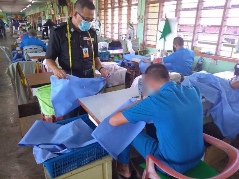 Banduan Penjara Bantu Hasilkan Pakaian Perlindungan Diri Buat Petugas Barisan Hadapan