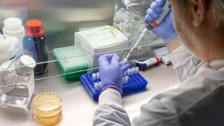 Saintis Beri Amaran Vaksin COVID-19 Mungkin Tidak Akan Ditemui, Ini Sebabnya