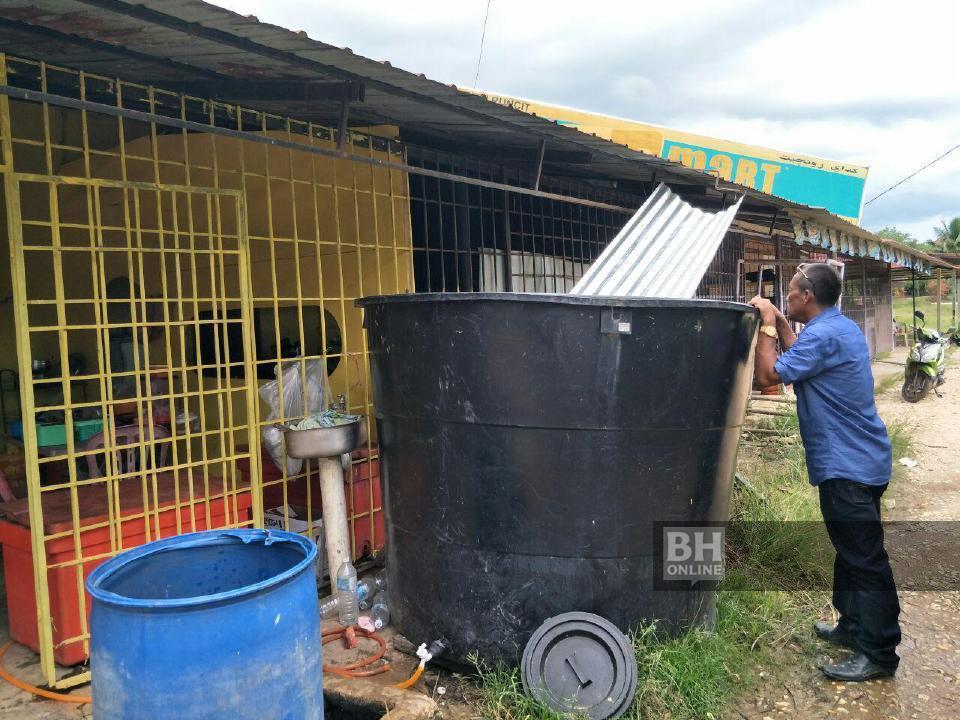 Dua Bulan Terputus Bekalan Air, Penduduk Sg Terah Terpaksa Redah Perjalanan 15KM Ke Gua Musang Semata Untuk Mandi