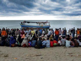 Rohingya Minum Air Kencing Sendiri