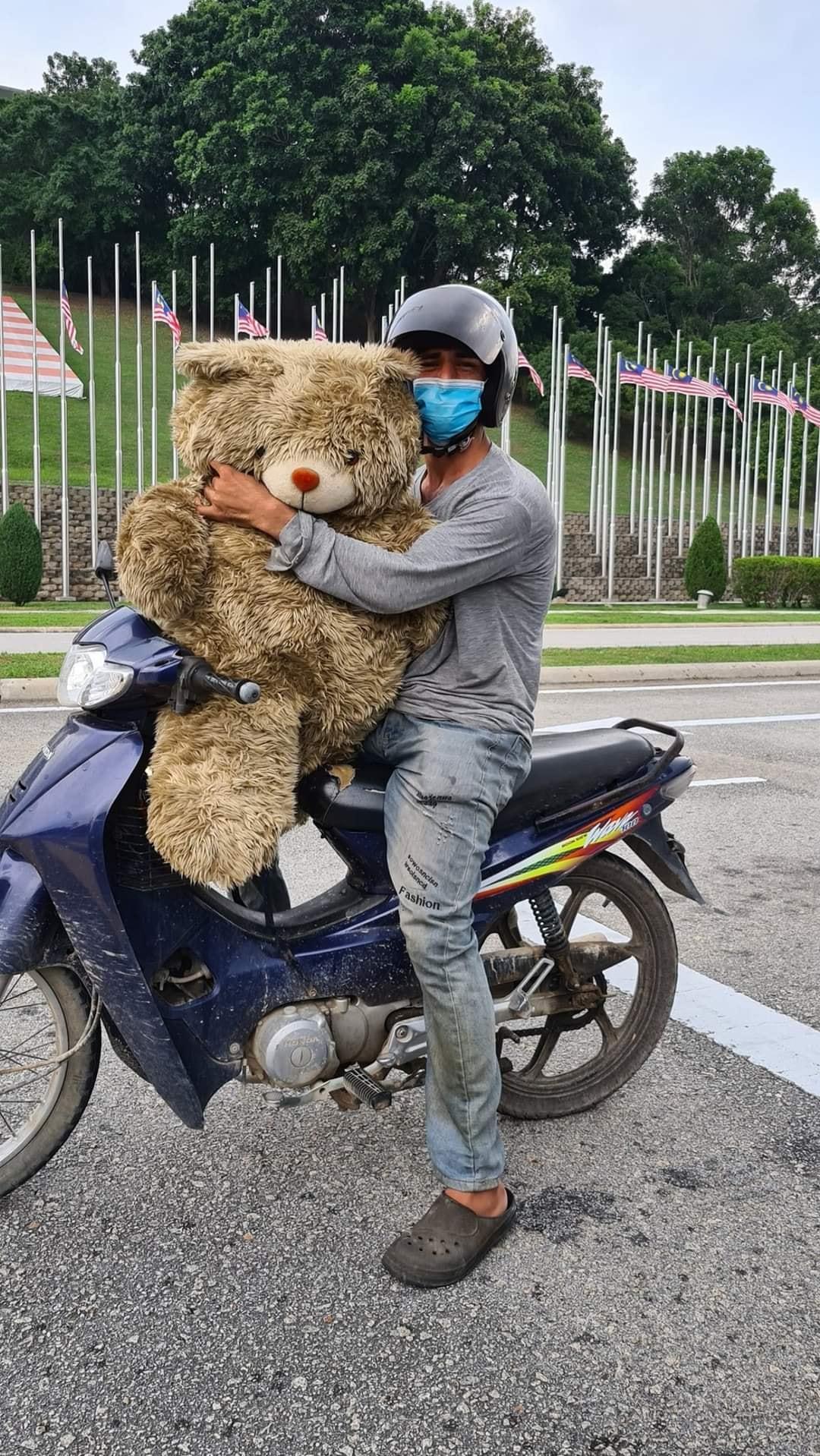 Bapa Kutip Teddy Bear Sampah