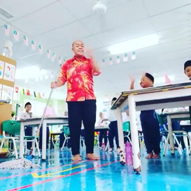 'Ceria Semacam', Warganet Puji Kesabaran Guru Ini Urus Anak Murid Terkencing Dalam Kelas