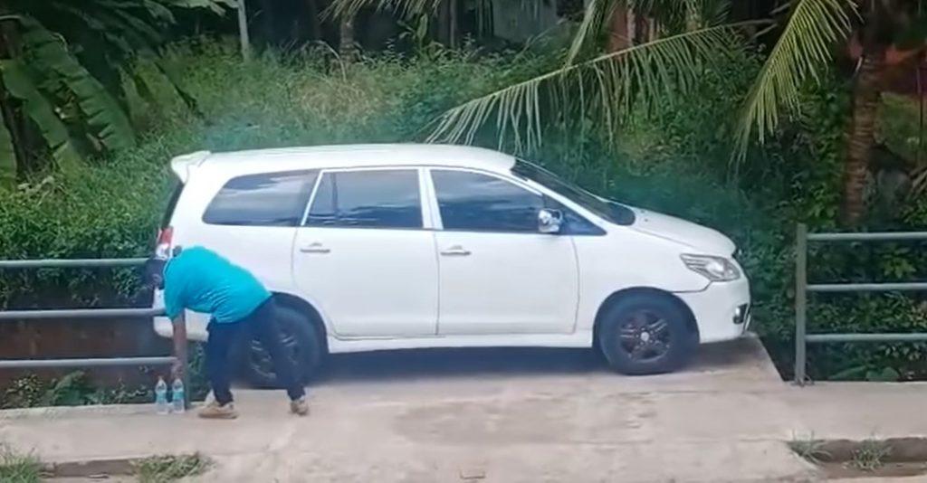 Lihat Cara Lelaki Ini Keluar 'Parking Like A Pro'