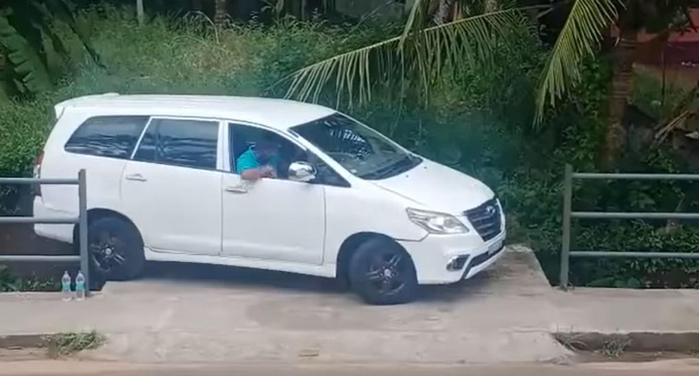 Lihat Cara Lelaki Ini Keluar 'Parking Like A Pro' 2
