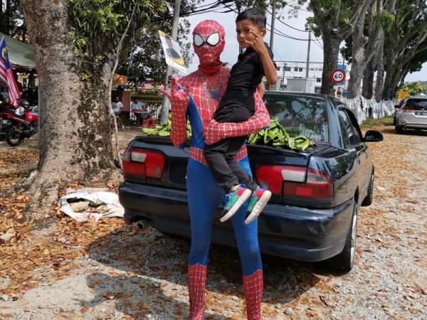 Rezeki 'Petai Parker' Makin Laris Sejak Jual Petai Dalam Sut Spiderman 1