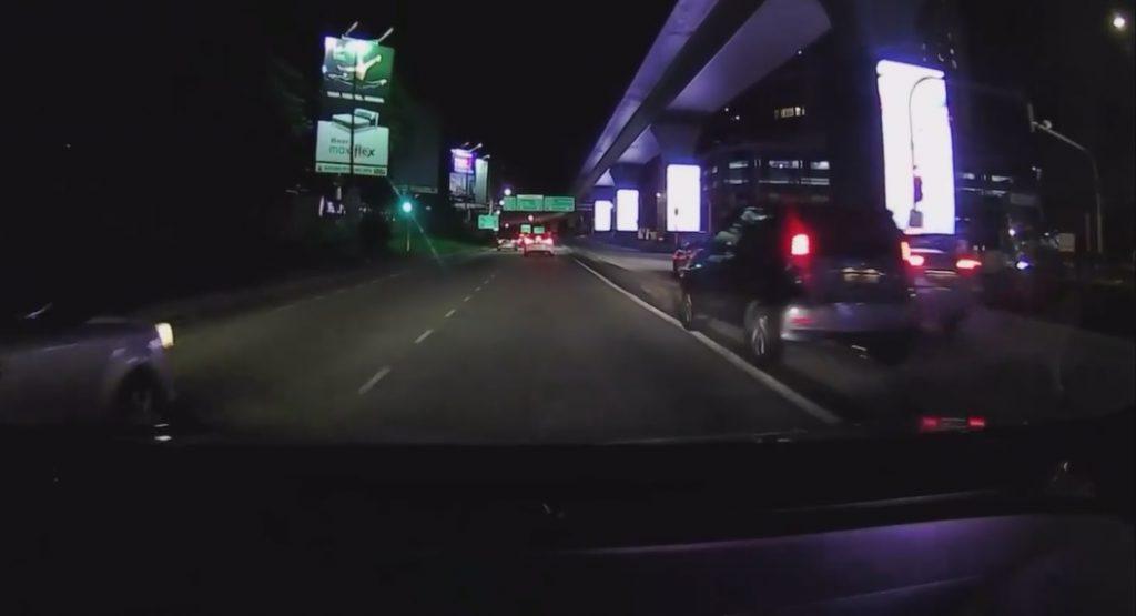 Video Tular Pecut Atas Divider Bukti Myvi Kekal Jaguh Di Jalan Raya 1