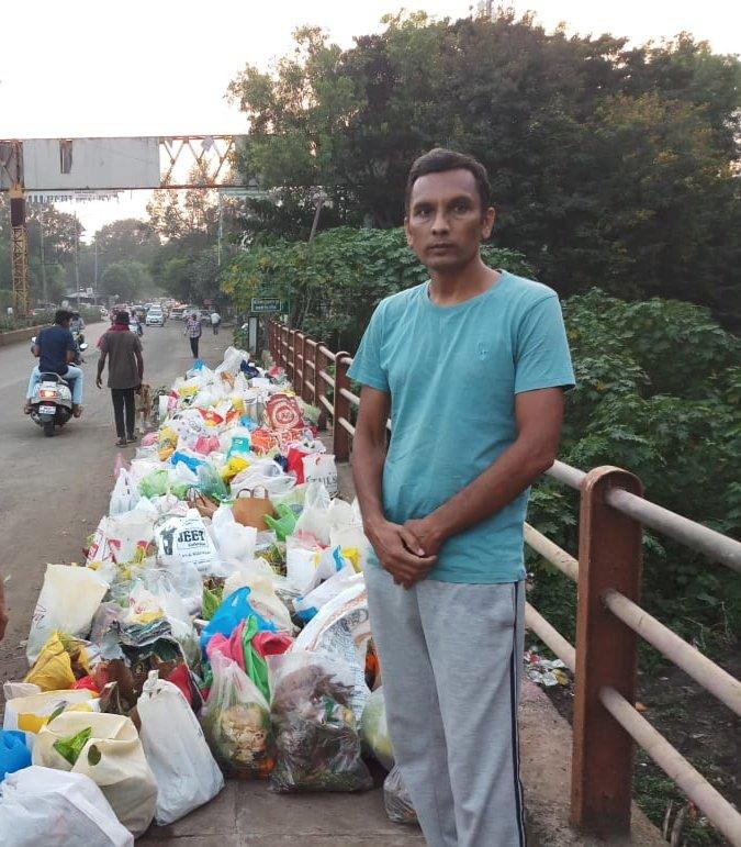Lelaki Berdiri Seharian Tepi Sungai Elak Tercemar