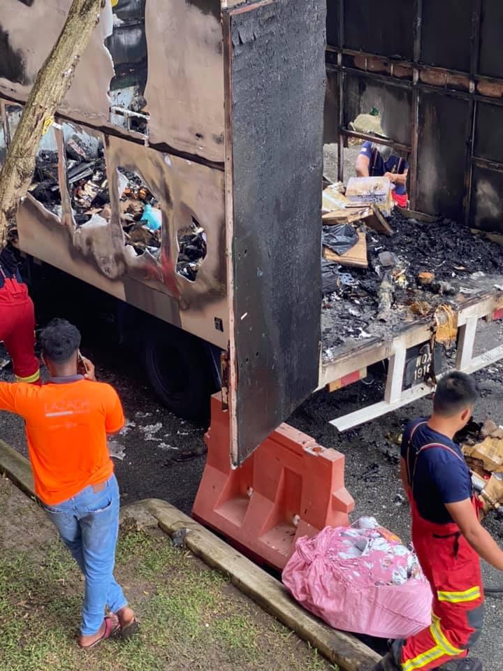 Tular Gambar Lori Penghantar Barang Terbakar Di Cheras 2