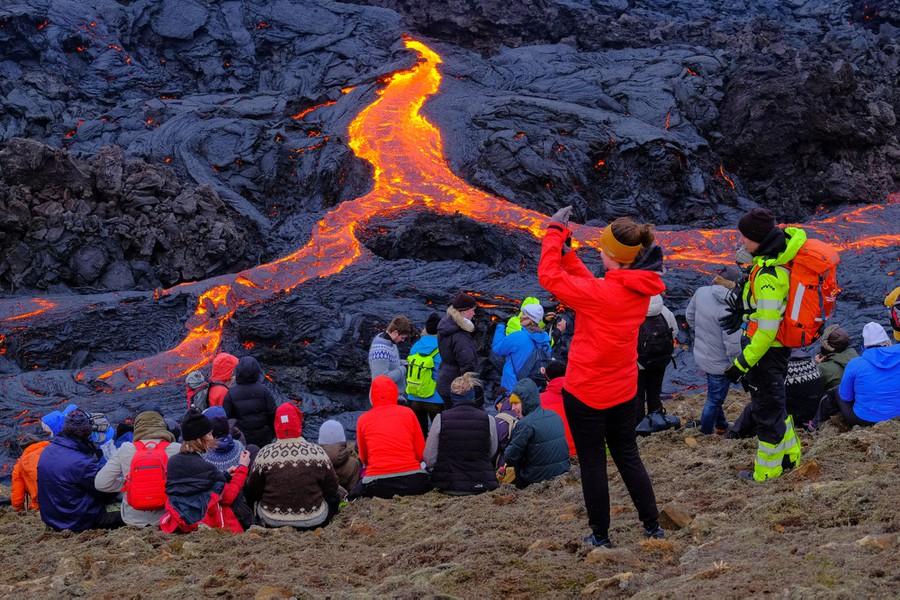Teruja Gunung Berapi Meletus Lepas 800 Tahun, Penduduk Ramai-Ramai Keluar Berswafoto 1
