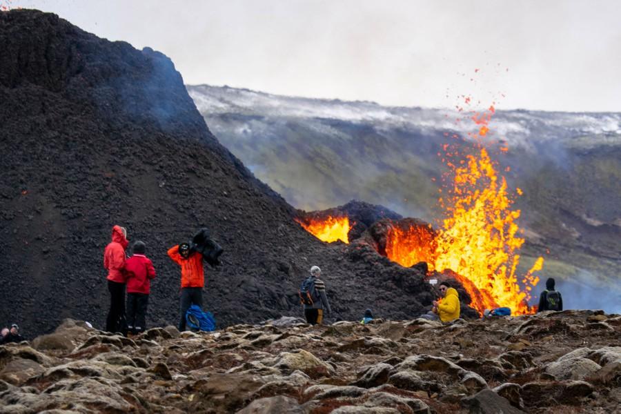 Teruja Gunung Berapi Meletus Lepas 800 Tahun, Penduduk Ramai-Ramai Keluar Berswafoto 2