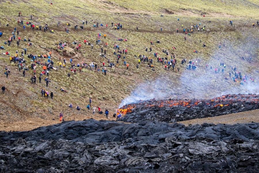 Teruja Gunung Berapi Meletus Lepas 800 Tahun, Penduduk Ramai-Ramai Keluar Berswafoto 3