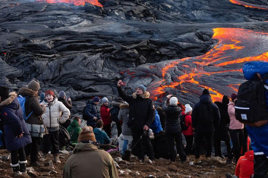 Teruja Gunung Berapi Meletus Lepas 800 Tahun, Penduduk Ramai-Ramai Keluar Berswafoto 4