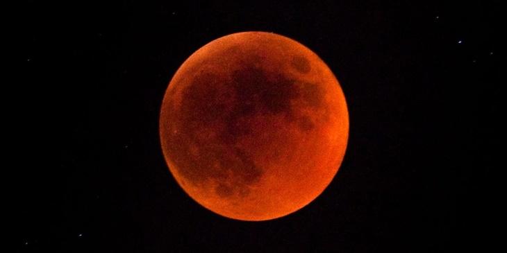 Jangan Ketinggalan Saksikan Fenomena 'Super Flower Blood Moon' Rabu Ini 3