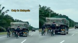 Aksi Penunggang Basikal Belakang Lori